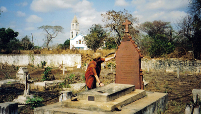 Author Julie Davidson at Mary Livingstone's grave